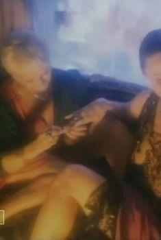 Любовь Полищук засветила голую грудь в фильме «Фуфло», 1990