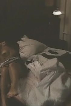 Голые сиськи Веры Сотниковой в фильме «Хочу в Америку», 1993