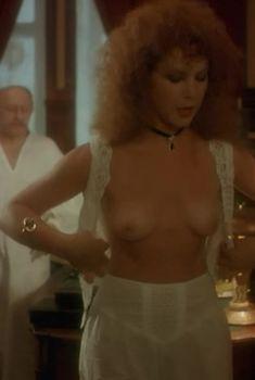 Голая грудь Татьяны Догилевой в фильме «Яма», 1990