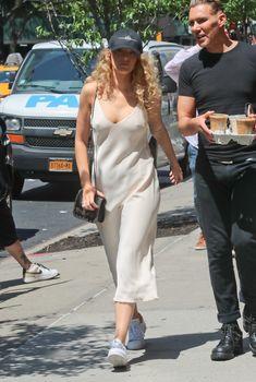 Красотка Блейк Лайвли без лифчика на улицах Нью-Йорка, 8.05.2018