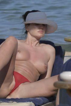 Горячая Блеона Керети топлесс раздвинула широко свои ножки на пляже Сардинии, 7.08.2018