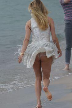 Нежная Хлоя Севиньи засветила трусики на пляже в Каннах, 2018