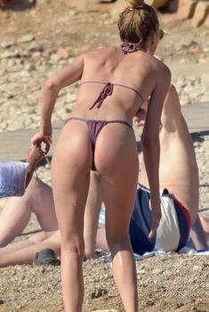 Соблазнительная попка Даутцен Крёз в сексуальном бикини на Ибице, 21.06.2018