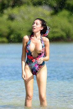 Красивая грудь Фарры Абрахам выпала из купальника на пляже