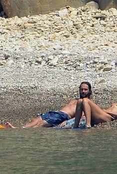 Красотка Хайди Клум топлесс на пляже в Италии, 2018
