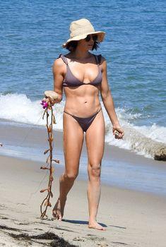 Красивая попка Дженны Дуан в бикини на пляже Малибу, 2018
