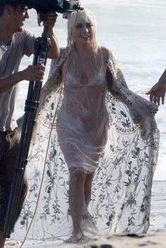 Красотка Леди Гага в прозрачном наряде на пляже Нью-Йорка, 2018