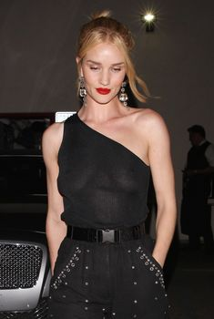 Голая грудь Роузи Хантингтон-Уайтли в прозрачном наряде в Западном Голливуде, 2018