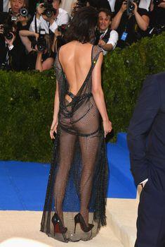 Сексуальная голая попка  Кендалл Дженнер в абсолютно прозрачном наряде на MET Gala, 2017