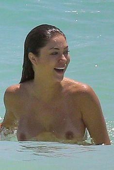 Голая грудь Арианни Селесте на пляже в Мексике, 2017