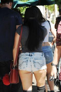 Эротичная Ариэль Уинтер засветила попку в откровенных шортах в Нью-Йорке, 19.06.2018