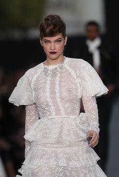 Голая грудь Барбары Палвин сквозь прозрачное платье на Runway Show в Париже, 2017