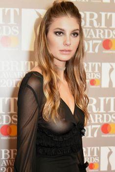 Сочная голая грудь Камилы Морроне на The Brit Awards, 2017