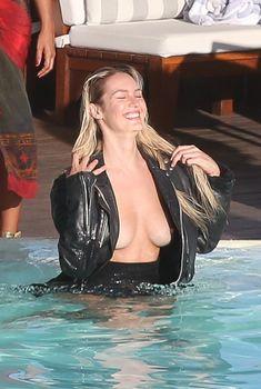 Заманчивая Кэндис Свейнпол топлесс в бассейне в Рио-де-Жанейро, 10.03.2017