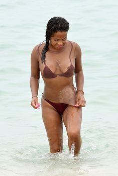 Сочная грудь Кристины Милиан выпала из купальника на пляже