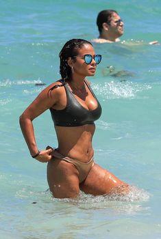 Страстная Кристина Милиан в красивом бикини на пляже Майами, 2017