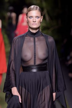 Голая грудь Констанс Яблонски в прозрачном наряде на Balmain Fashion Show