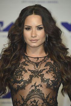 Сочная грудь Деми Ловато в прозрачном наряде на MTV Video Music Awards, 2017