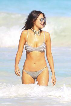 Сексуальна Эйса Гонсалес в бикини на пляже в Мексике, 2017