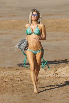 Сексуальная Ферги в красивом бикини на пляже в Мауи, 01.04.2017