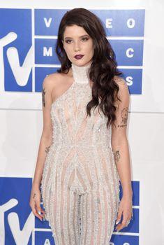 Обнажённая Холзи в прозрачном наряде на MTV Video Music Awards, 2016