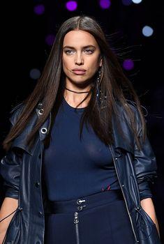 Красивая Ирина Шейк засветила грудь сквозь прозрачный наряд на Versace Fashion Show, 2016