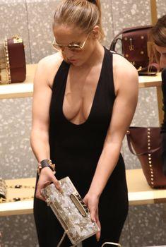 Шикарное декольте Дженнифер Лопес в сексуальном наряде во время шоппинга в Майами, 03.05.2016