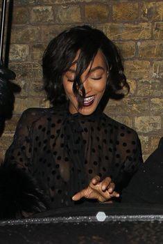 Красавица Джордан Данн засветила грудь в прозрачном наряде под зонтиком