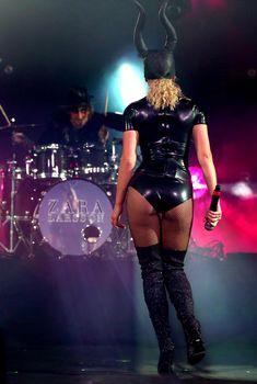 Упругая попка Зары Ларссон в сексуальном костюме из латекса на VEVO Halloween, 29.10.2016