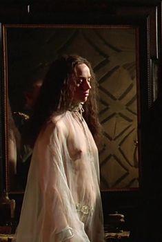 Голая грудь Аманды Райан в фильме «Елизавета», 1998
