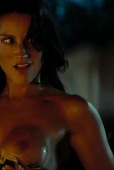 Голая грудь Америки Оливо в фильме «Пятница 13-е», 2009