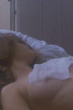 Голая грудь Анны Назарьевой в фильме «Грешная любовь», 1997