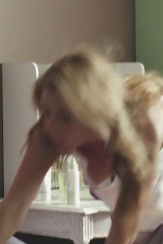 Анна Невская засветила грудь в фильме «Сюрприз для любимого», 2014