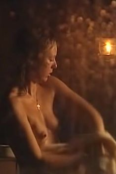 Голая грудь Анны Хитрик в фильме «Падающая звезда», 2009