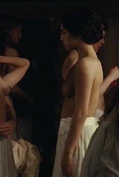 Голая грудь Афсии Эрзи в фильме «Дом терпимости», 2010