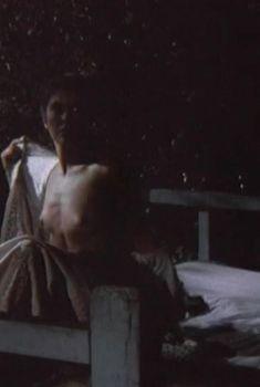 Голая грудь Веры Сотниковой в фильме «Гу-га», 1989
