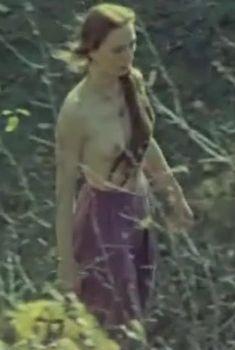 Голая грудь Дареджан Харшиладзе в фильме «День длиннее ночи», 1983