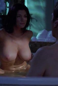 Шикарная голая грудь Джулии Андерсон в сериале «Мастера ужасов», 2005