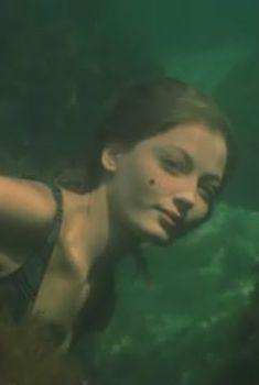 Голая попа Дианы Морозовой в фильме «Бегущая по волнам», 2007