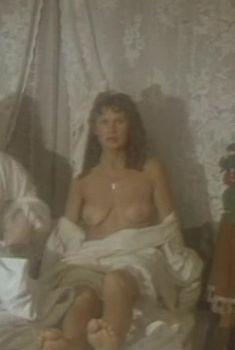 Голая грудь Елены Зориной в фильме «Господа артисты», 1992