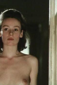 Жанна Эппле оголила грудь в сериале «Белые одежды», 1992