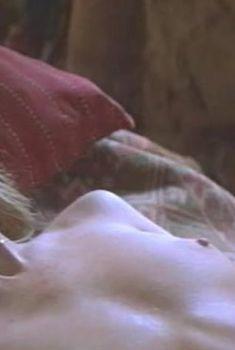 Жанна Эппле показала голые сиськи в фильме «Мама», 1999