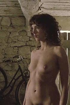 Полностью голая Изабель Аджани в фильме «Убийственное лето», 1993
