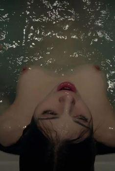 Индиа Айсли показала голую грудь в фильме «Темное зеркало», 2018