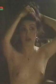 Голая грудь Карины Моритц в фильме «Отступник», 1987