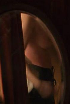 Кили Хоус оголила грудь в сериале «Бархатные ножки», 2002