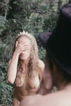 Полностью голая Конни Бут в фильме «Роман с контрабасом», 1974