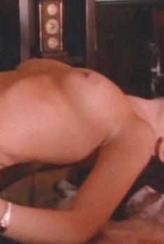 Голая грудь Кэрри Стивенс в фильме «Джейн-стрит», 1996