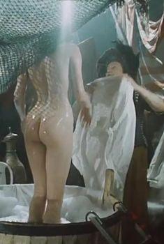 Голая попа Ларисы Белогуровой в фильме «Остров погибших кораблей», 1987