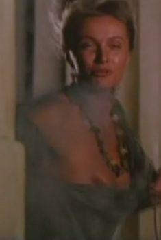 Голая грудь Ларисы Поляковой в фильме «Комедия о Лисистрате», 1989